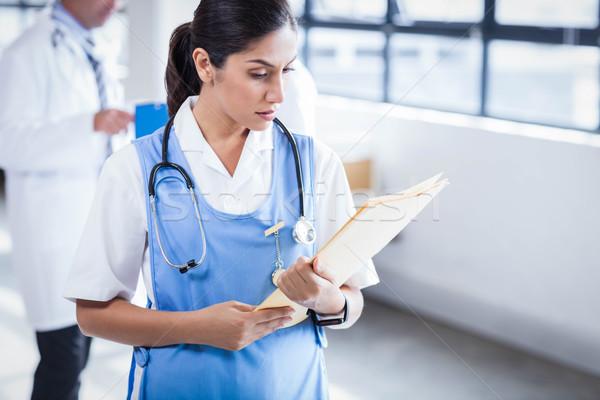 Hemşire okuma Dosyaları hastane ofis tıp Stok fotoğraf © wavebreak_media