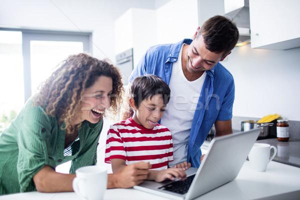 Pais usando laptop filho cozinha casa computador Foto stock © wavebreak_media