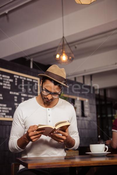 Férfi olvas könyv kávéház üzlet kávé Stock fotó © wavebreak_media