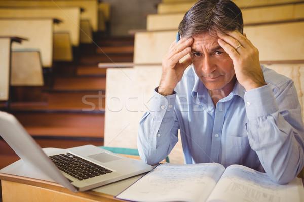 Lehangolt tanár ül jegyzetek laptop osztályterem Stock fotó © wavebreak_media