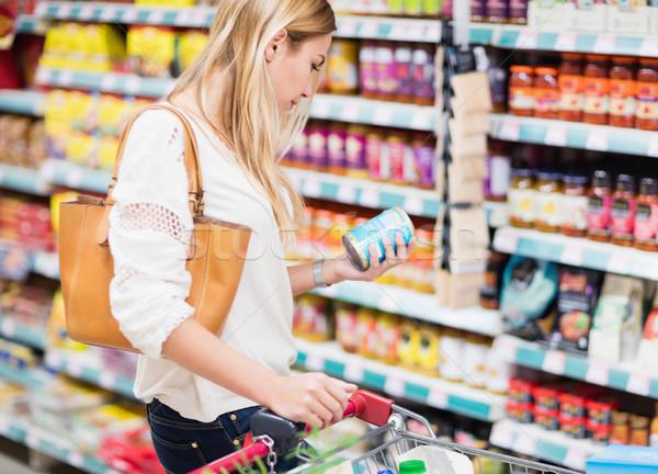 Vásárló néz termék áruház üzlet nő Stock fotó © wavebreak_media