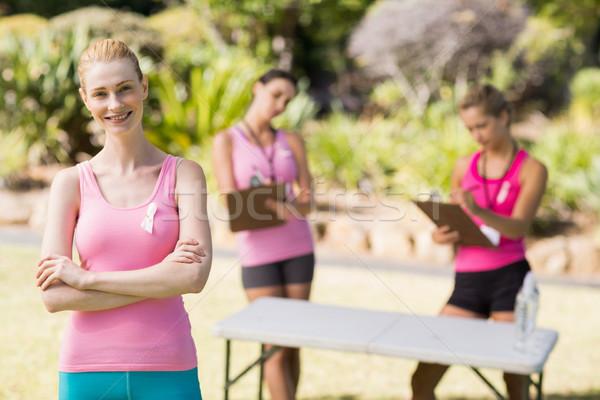 Stock fotó: Női · önkéntes · áll · park · portré · boldog
