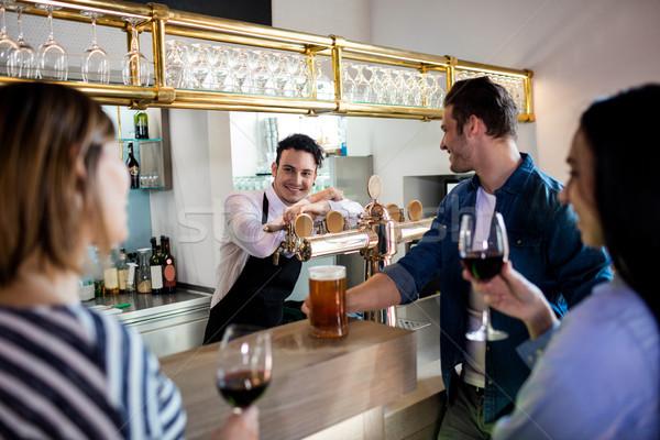 Amigos hablar barman bebidas jóvenes contra Foto stock © wavebreak_media