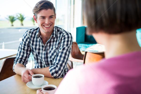 Man praten vrouw coffeeshop glimlachend computer Stockfoto © wavebreak_media