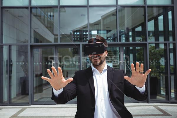 Zakenman realiteit virtueel hoofdtelefoon kantoorgebouw man Stockfoto © wavebreak_media