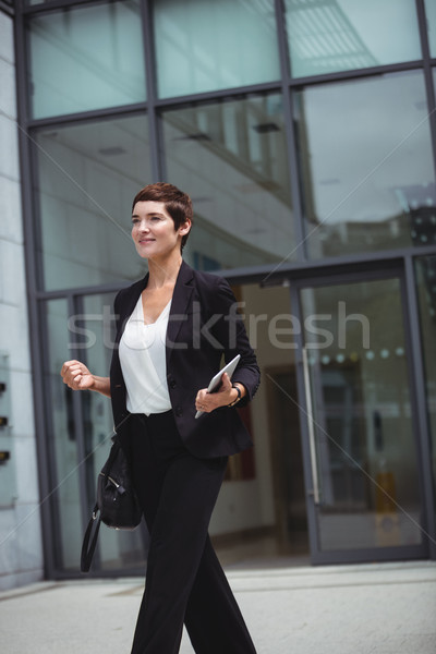 Sorridente empresária digital comprimido escritório Foto stock © wavebreak_media