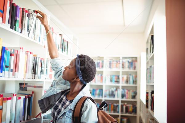 Studentessa libro scaffale biblioteca scuola Foto d'archivio © wavebreak_media