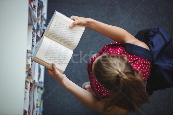 Vue attentif écolière lecture livre Photo stock © wavebreak_media