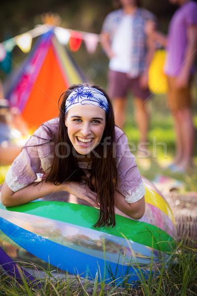 Portré nő dől strandlabda táborhely napos idő Stock fotó © wavebreak_media