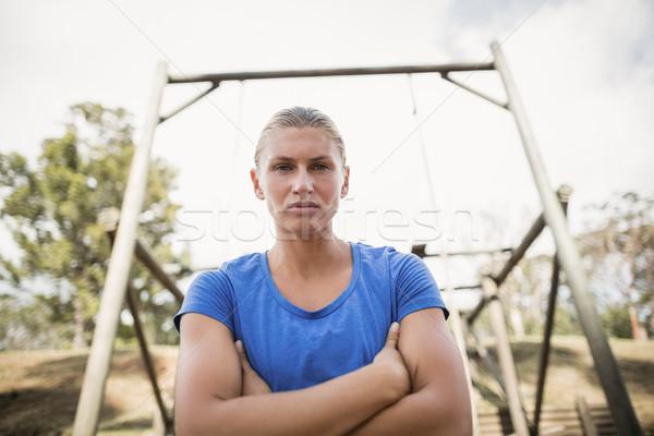 Portré fitt nő áll keresztbe tett kar akadályfutás Stock fotó © wavebreak_media