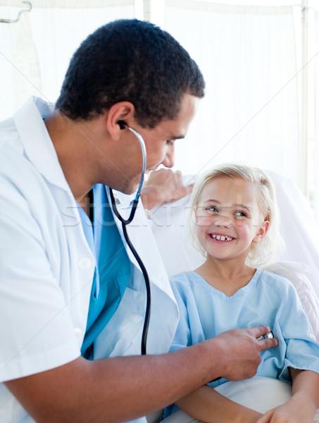 Aantrekkelijk arts pols jonge patiënt ziekenhuis Stockfoto © wavebreak_media