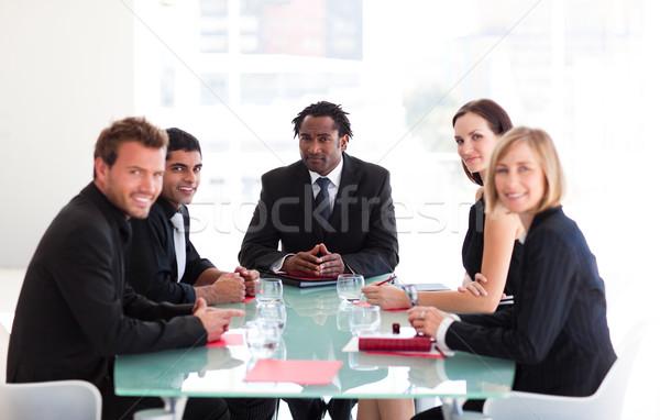 Gens d'affaires réunion regarder caméra bureau heureux Photo stock © wavebreak_media
