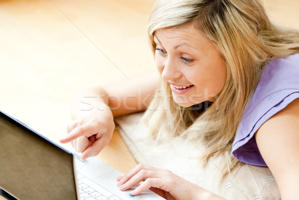 Zachwycony kobieta za pomocą laptopa bawialnia szczęśliwy laptop Zdjęcia stock © wavebreak_media