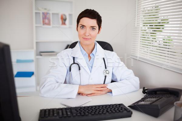 Grave medico guardando fotocamera ufficio sorriso Foto d'archivio © wavebreak_media