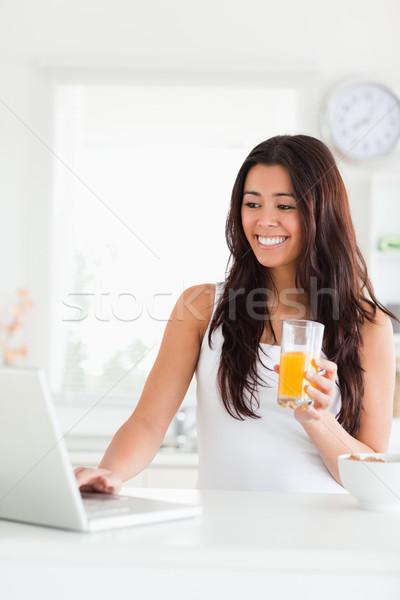 ゴージャス 女性 リラックス ノートパソコン ガラス ストックフォト © wavebreak_media
