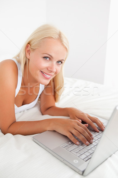 Portret przepiękny kobieta laptop bed komputera Zdjęcia stock © wavebreak_media