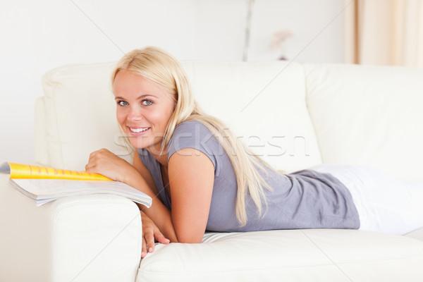 женщину журнала гостиной дома счастливым Сток-фото © wavebreak_media