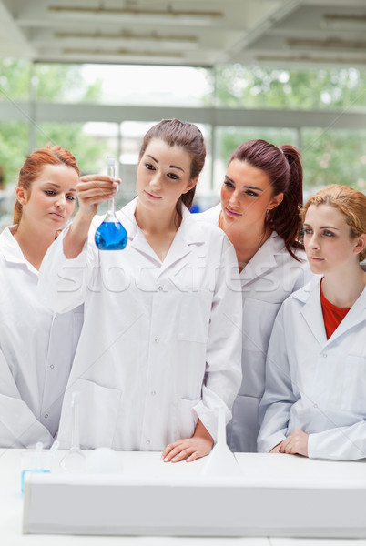 Portré tudomány diákok néz flaska laboratórium Stock fotó © wavebreak_media