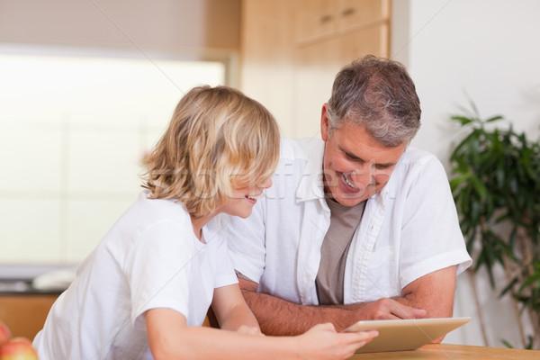 Figlio di padre tablet insieme famiglia internet home Foto d'archivio © wavebreak_media