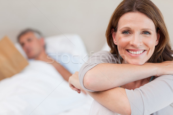 улыбающаяся женщина кровать чтение муж улыбка домой Сток-фото © wavebreak_media
