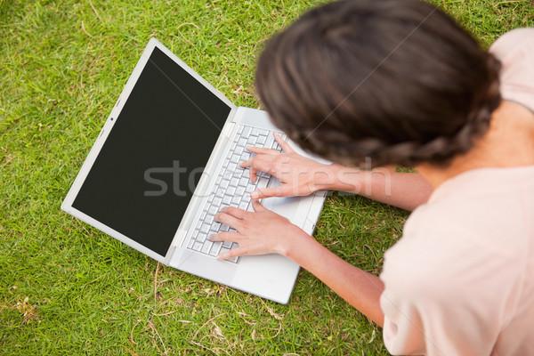 Donna laptop fronte erba sorriso internet Foto d'archivio © wavebreak_media
