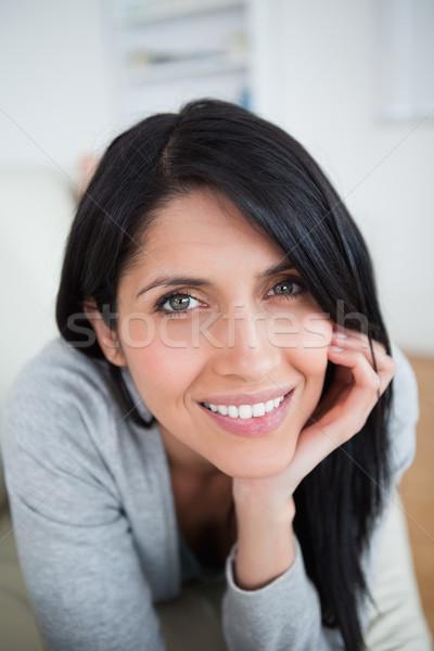 Mujer sonriente cabeza mano salón ventana Foto stock © wavebreak_media