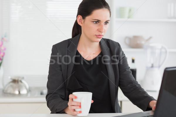 женщину кружка глядя ноутбука гостиной Сток-фото © wavebreak_media