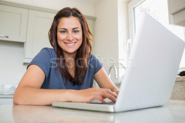 女性の笑顔 ラップトップを使用して キッチン コンピュータ 家 表 ストックフォト © wavebreak_media