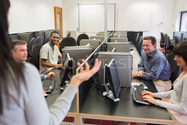 Stock fotó: Tanár · beszél · csoport · számítógépszoba · főiskola · számítógép