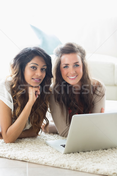 Souriant femmes étage portable détendre élèves Photo stock © wavebreak_media
