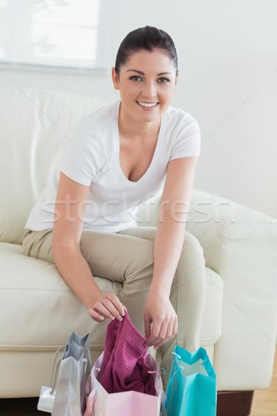 Stok fotoğraf: Gülümseyen · kadın · oturma · kanepe · oturma · odası · yeni
