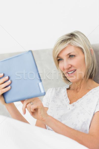 Rijpe vrouw digitale tablet bed glimlachend home Stockfoto © wavebreak_media