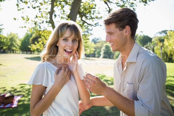 Uomo sorprendente fidanzata proposta parco Foto d'archivio © wavebreak_media