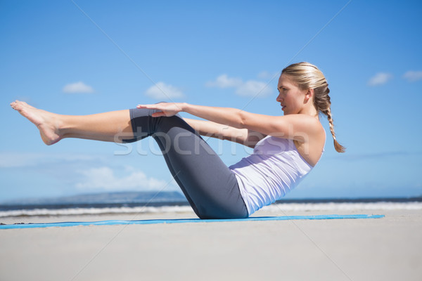 Fókuszált fitt szőke nő jóga tengerpart napos idő Stock fotó © wavebreak_media