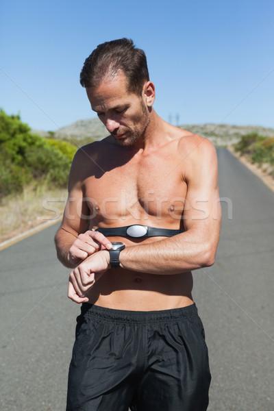 Sportos férfi nyitva út monitor körül Stock fotó © wavebreak_media