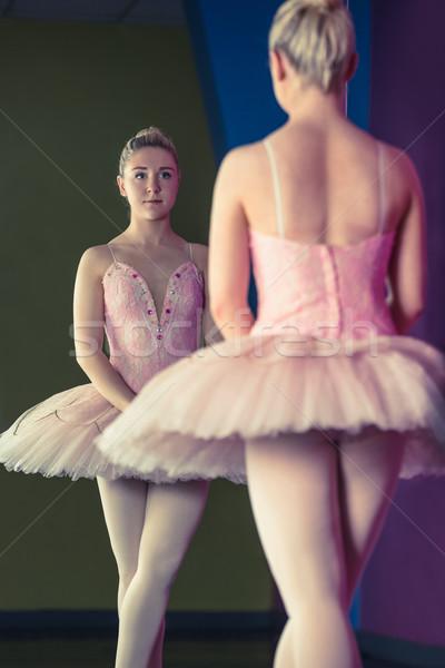 Kecses ballerina áll első pozició tükör Stock fotó © wavebreak_media