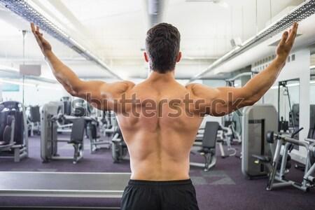 Mosolyog póló nélkül izmos férfi kezek csípők Stock fotó © wavebreak_media