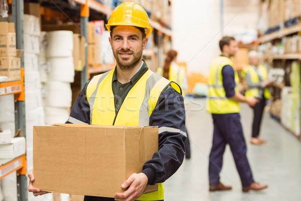 Halle Arbeitnehmer lächelnd Kamera tragen Feld Stock foto © wavebreak_media