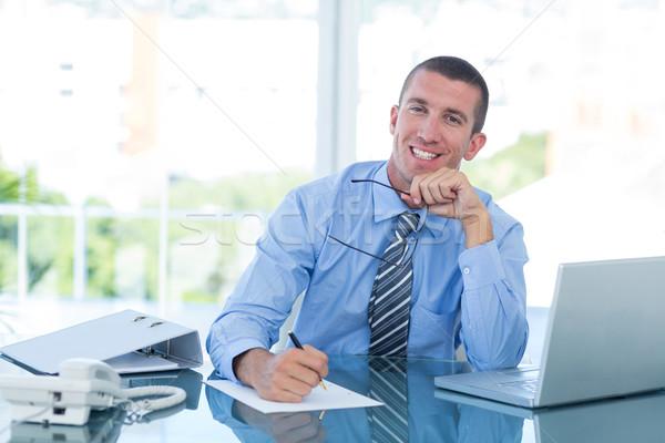 Souriant affaires écrit note bureau homme Photo stock © wavebreak_media
