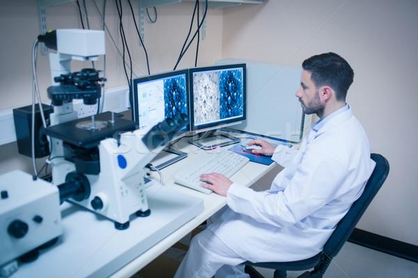 Wetenschap student naar microscopisch universiteit Stockfoto © wavebreak_media