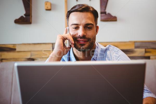 Stockfoto: Glimlachend · zakenman · met · behulp · van · laptop · telefoon · cafe · business