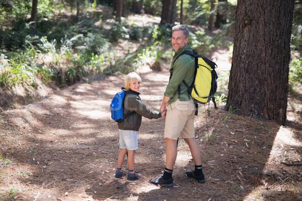 Mosolyog apa fia hordoz hátizsák kirándulás erdő Stock fotó © wavebreak_media