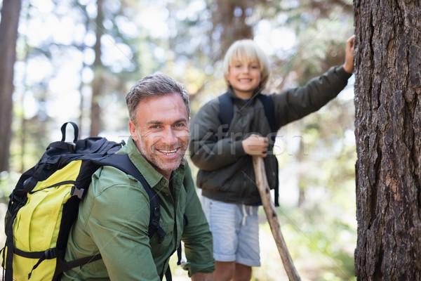 Sorridente filho pai caminhadas floresta retrato Foto stock © wavebreak_media