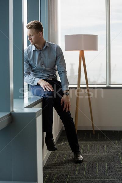 Nadenkend uitvoerende naar venster kantoor man Stockfoto © wavebreak_media