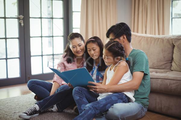 Famiglia guardare photo album insieme soggiorno home Foto d'archivio © wavebreak_media