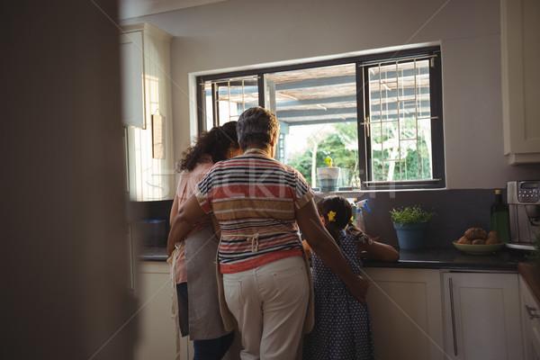 女の子 母親 祖母 洗浄 器具 キッチン ストックフォト © wavebreak_media