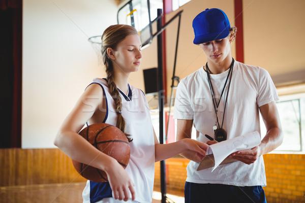 Női kosárlabdázó megbeszél férfi edző áll Stock fotó © wavebreak_media