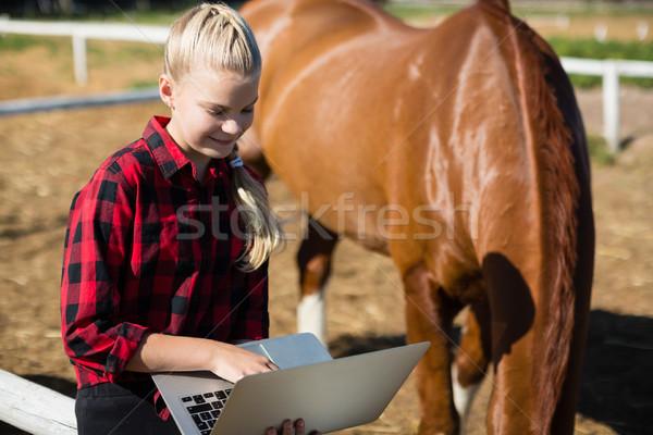 少女 ラップトップを使用して ランチ インターネット 幸せ ノートパソコン ストックフォト © wavebreak_media