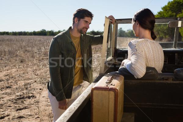 Homme regarder femme séance route Photo stock © wavebreak_media