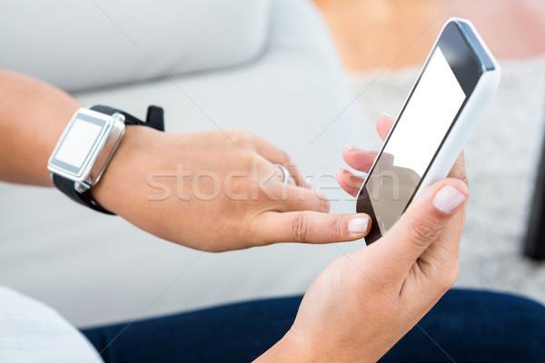 Сток-фото: женщину · прикасаться · мобильных · экране · мобильного · телефона · домой